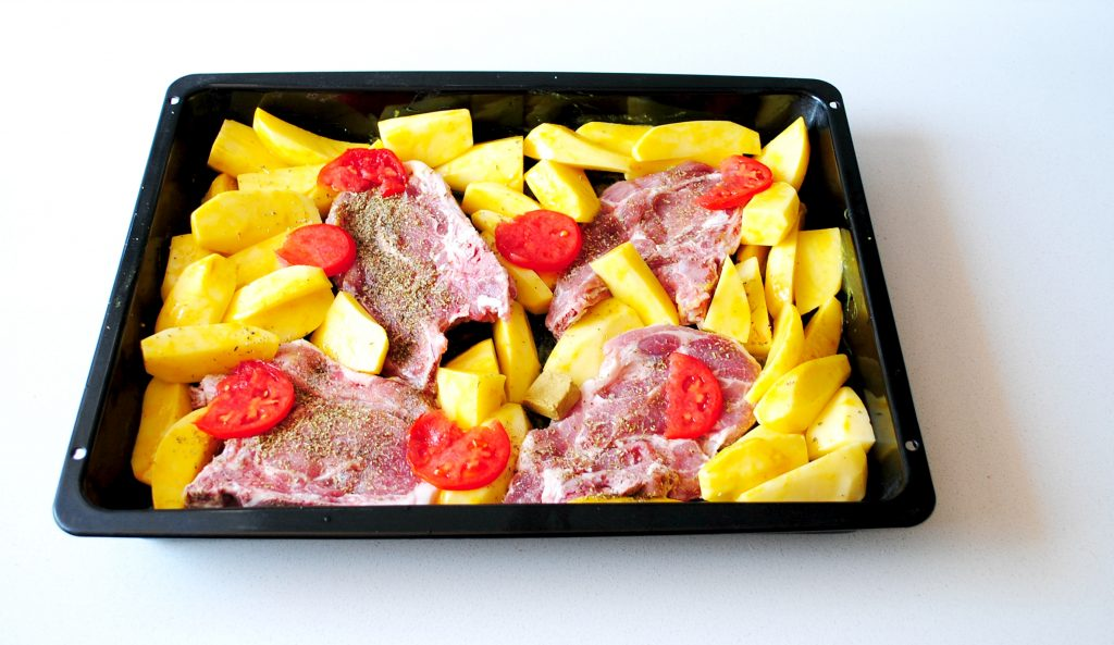 Μπριζόλες με πατάτες στο φούρνο
