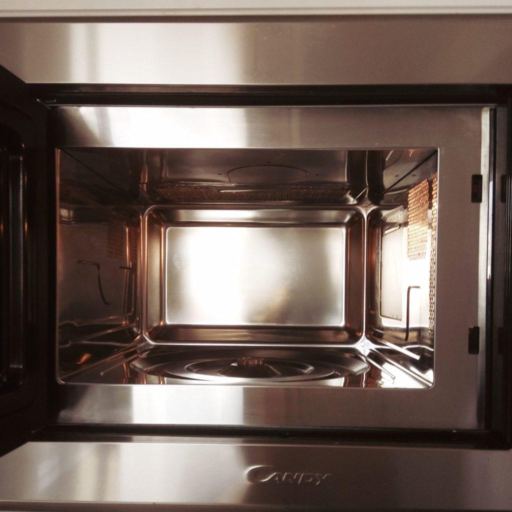 καθάρισε τον φούρνο μικροκυμάτων σου εύκολα και οικολογικά